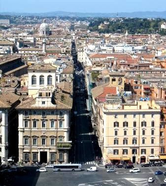 Via del corso a roma tra negozi chiese palazzi e for Corso arredatore d interni roma